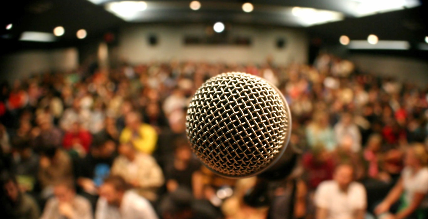 Microphone-with-crowd
